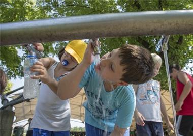 gita scolatisca bambini bevono acqua