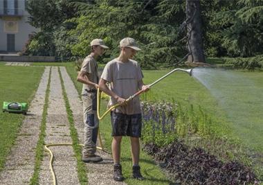 parco minoprio alunni innaffiano le piante