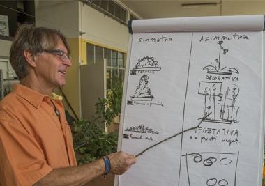 scuola di minoprio professore spiega lavagna